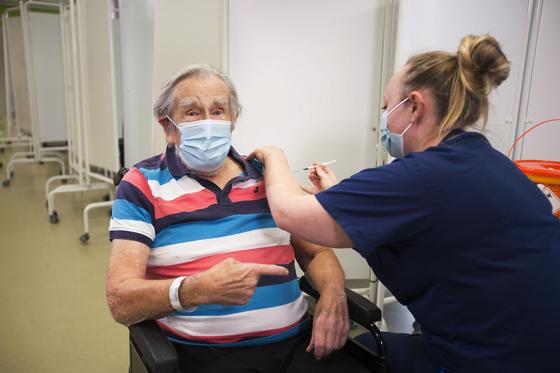 8일 영국 브리스톨 사우스 미드 병원에서 화이자의 코로나19 백신을 접종 받는 98세 핸리 보크스씨. [AP=연합뉴스]