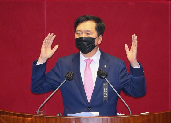 김기현 국민의힘 의원이 9일 밤 열린 국회 본회의에서 고위공직자범죄수사처(공수처)법 개정안에 대한 필리버스터(무제한 토론)을 하고 있다. 이날 김 의원은 토론은 오후 9시에 시작돼, 정기국회가 끝난 자정에 자동 종료됐다. 뉴스1