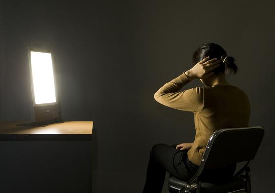 환자에게 빛을 비추는 광(光) 치료 요법. [중앙포토]
