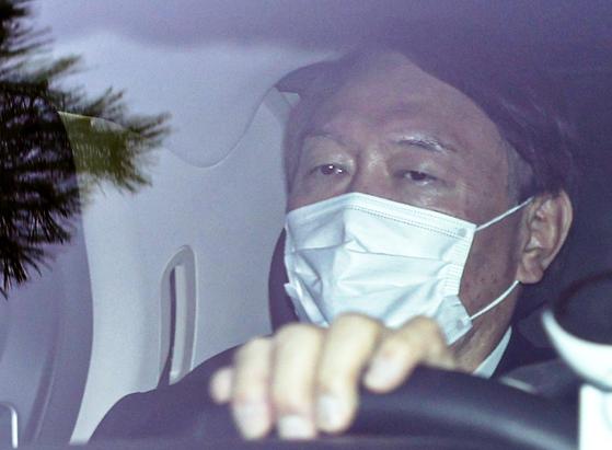 윤석열 검찰총장이 9일 오후 차량으로 서울 서초동 대검찰청을 나서고 있다. [연합뉴스]
