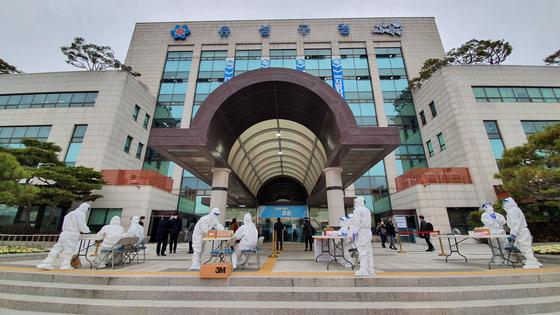 대전 유성구청 앞에 선별 검사소가 설치돼있다. 프리랜서 김성태