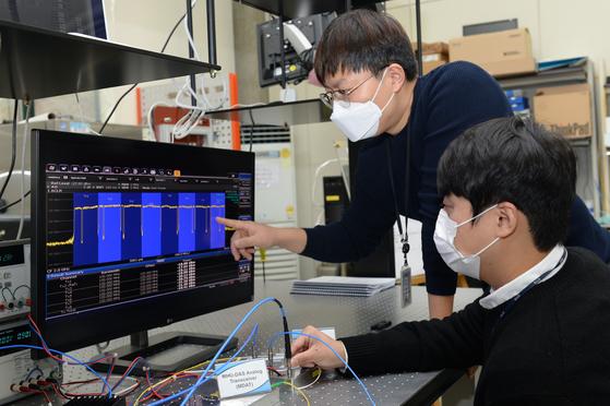 ETRI 연구진이 5G 광중계기 기술 성능을 점검하고 있다. [사진 ETRI]