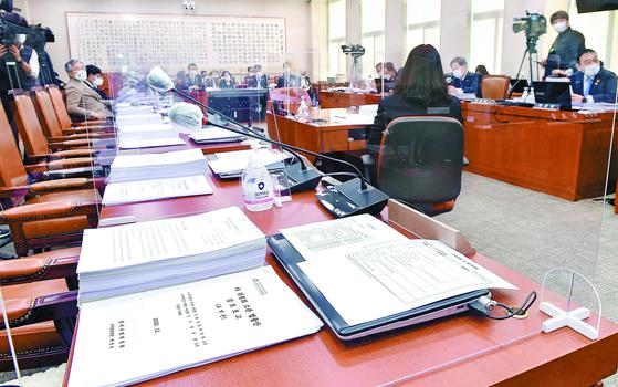 9일 국회에서 열린 법사위 전체회의에서 민주당은 국민의힘 의원들이 불참한 가운데 공정거래법·노동조합법 개정안을 통과시켰다. 오종택 기자