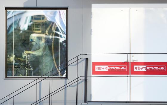 9일 0시 기준 코로나19 신규 확진자가 686명으로 늘어 2월 말 이후 하루 확진자 수가 가장 많이 늘었다. 이날 서울 중구 국립중앙의료원 음압 격리병동에서 의료진이 분주하게 움직이고 있다. [연합뉴스]