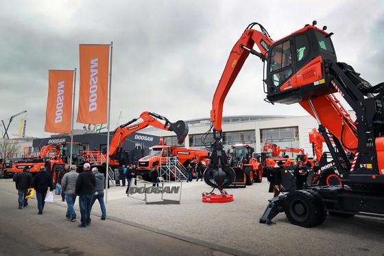 두산인프라코어가 지난해 독일 뮌헨에서 열린 세계 최대 건설기계 전시회 '바우마(Bauma) 2019'에서 최신 제품과 첨단 솔루션을 선보였다. 사진 두산인프라코어