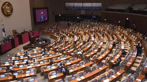 이철규 국민의힘 의원이 10일 서울 여의도 국회에서 열린 본회의에서 국정원법 개정안에 대한 무제한 토론(필리버스터)을 하고 있다. 오종택 기자