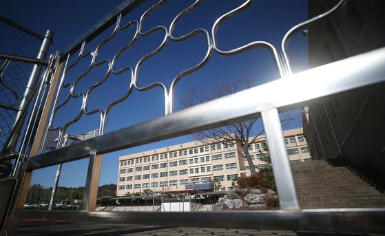 지난 9일 학생 10여 명이 확진돼 등교가 중지된 울산시 남구 한 중학교에 적막감이 감돌고 있다. 연합뉴스