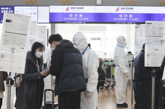 1일 인천공항에서 한국발 중국행 항공편 승객들이 주한 중국대사관 또는 총영사관에서 받은 녹색 건강 코드를 검표원들에게 보여주고 있다. 연합뉴스