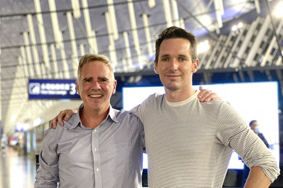 지난 7 일 중국을 탈출하도록 빠진 호주의 두 기자 왼쪽부터 마이클 스미스 호주 파이낸셜 리뷰 상하이 특파원과 호주 ABC 방송의 베이징 특파원 빌 바토루스. [트위터 캡처]