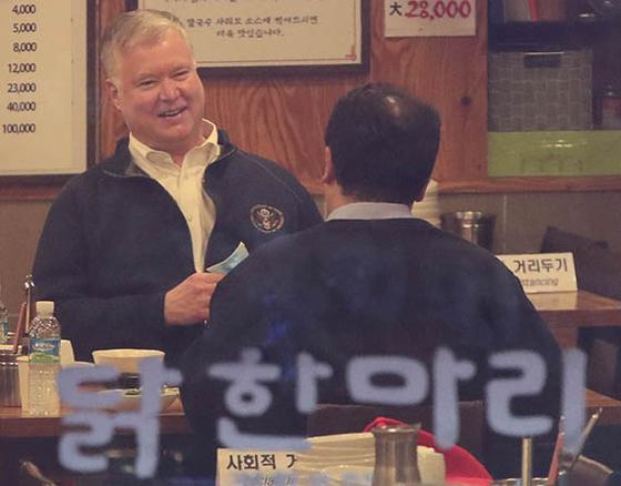 10일 서울 광화문의 닭한마리 식당을 방문한 스티븐 비건 미국 국무부 부장관. [뉴시스]