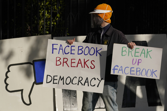 미국의 한 시민이 지난 11월 페이스북 최고경영자(CEO) 집 앞에서 기업분할을 주장하는 시위를 하고 있다. [AP=연합뉴스]
