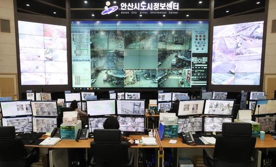 사소한 성폭력 범죄 추도 선 석방 하루 전인 11 일 오후 정제도 안산 세 상록구 안산시 정보 센터에서 관계자들이 CCTV 감시로 바쁘다.  연합 뉴스