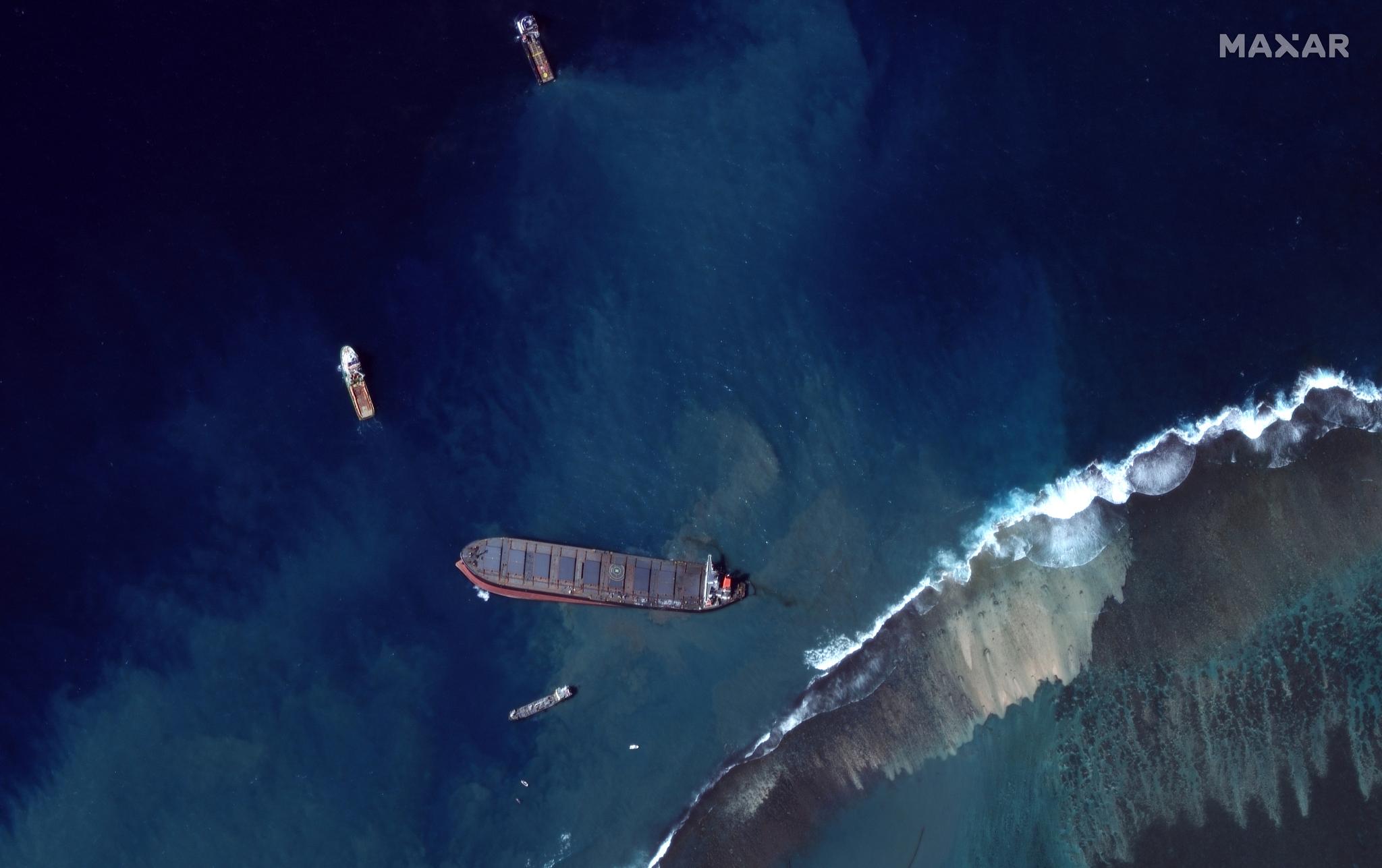 지난 8월 12일 아프리카 섬나라 모리셔스 연안에 좌초해 1000톤에 가까운 원유를 유출한 일본 선박 'MV 와카시오' 호의 모습. [로이터=연합뉴스]
