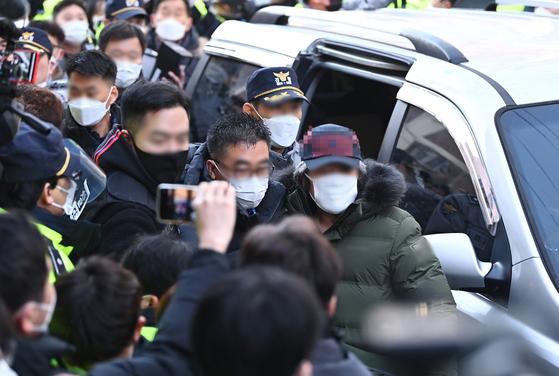 아동 성범죄자 조두순이 12일 오전 경기도 안산시 거주지로 들어가고 있다. 연합뉴스