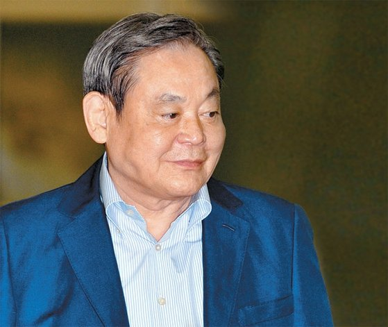 """이건희 삼성 회장은 삼성 임원들에게 파격적인 연봉을 지급하는 이유에 대해 """"이 세상에 공짜도 없고, 거저 되는 것도 없다""""는 말로 응수했다."""