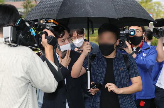당직사병으로 일하며 추미애 법무부 장관 아들의 휴가 미복귀(연장) 보고를 받았다고 주장한 A씨가 지난 9월 서울동부지검에서 조사를 마치고 나오고 있다. 뉴스1