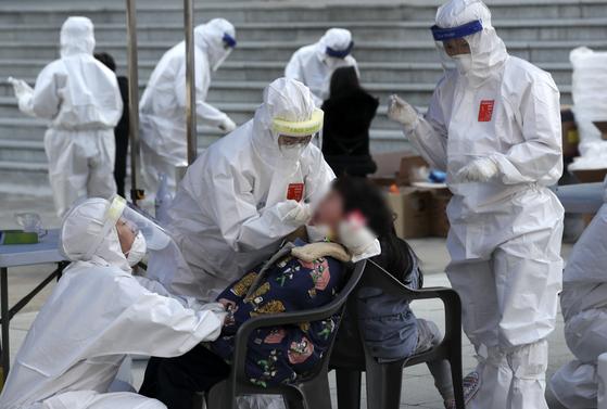 12일 오후 울산의 한 초등학교 학생이 신종 코로나바이러스 감염증(코로나19) 진단검사를 받고 있다. 뉴스1