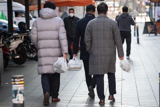 수도권 사회적 거리두기 2.5단계 조치가 이어지고 있는 9일 서울시내 한 도시락 가게에서 직장인들이 점심식사를 위한 도시락을 포장해가고 있다. 뉴스1