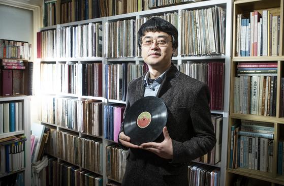국악음반박물관 노재명 관장이 10일 성동구 용답동 국악음반박물관에서 심매향 음반을 보여주고 있다. 권혁재 사진전문기자