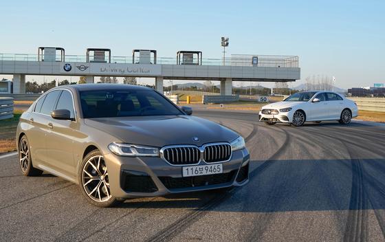 한국 수입차 시장에서 가장 많이 팔리는 BMW 5시리즈와 메르세데스-벤츠 E클래스를 비교해 봤다. 각 브랜드의 개성이 드러났지만 E클래스의 운동성능은 기대 이상. 5시리즈도 부분변경 이전보다 상품성이 높아졌다. 사진 오토뷰