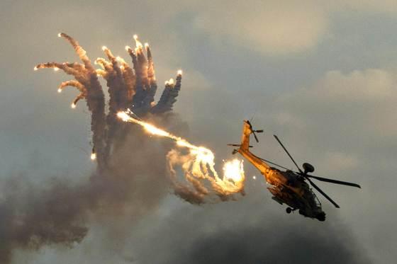 에어쇼에 참가한 이스라엘군 아파치 헬기가 미사일을 피해 플레어(flares)를 터뜨리며 빠른 속도로 회피기동하는 모습을 선보이고 있다. [연합뉴스]