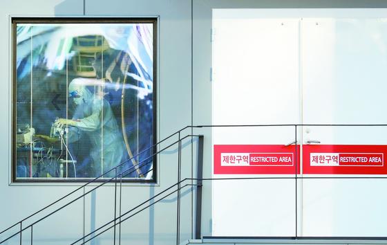 서울 중구 국립중앙의료원 음압격리병동에서 의료진이 분주하게 움직이고 있다.연합뉴스
