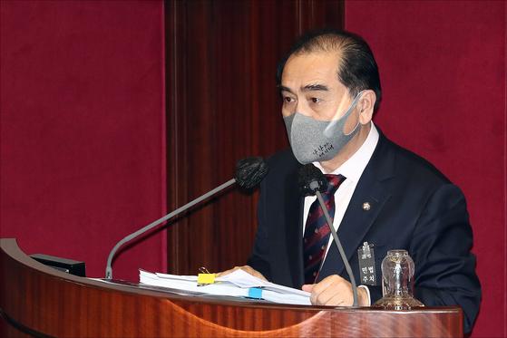 국민의힘 태영호 의원이 13일 국회 본회의에서 남북관계발전법 개정안에 대한 무제한 토론을 하고 있다. 연합뉴스