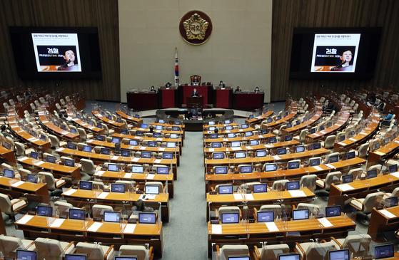 국정원법 개정안에 대한 필리버스터(무제한 토론)가 57시간 넘게 이어지고 있다. 김용민 더불어민주당 의원이 13일 오후 토론대에 선 모습. 뉴스1