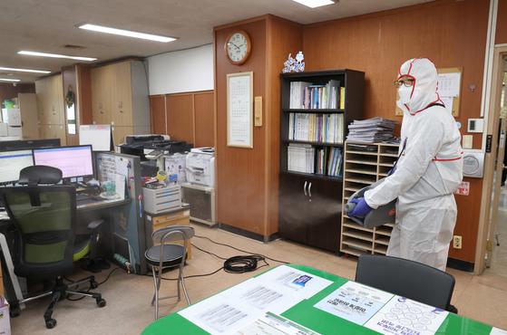 대전 유성구청 간부 공무원이 신종 코로나바이러스 감염증(코로나19) 확진 판정을 받은 지난 10일 방역 관계자가 유성구청 내 사무실을 방역하고 있다. 뉴스1