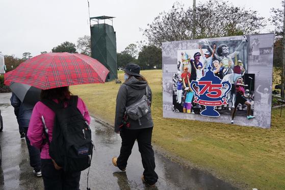 비와 번개로 인해 경기가 지연된 US 여자오픈 4라운드.[AP=연합뉴스]