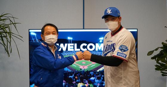 14일 계약식에서 원기찬 삼성 라이온즈 대표이사와 기념 사진을 촬영한 오재일의 모습. 삼성 제공