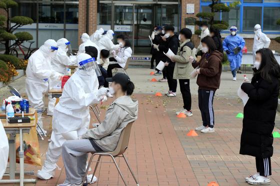 지난 10일 오후 광주 광산구 한 고등학교에서 학생들이 신종 코로나바이러스 감염증(코로나19) 진단 검사를 받기 위해 줄지어 서 있다. 뉴스1