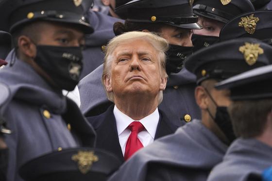 도널드 트럼프 대통령이 12일 육군 사관생도에게 둘러싸여 있다. 이날 트럼프는 육군사관학교와 해국사관학교의 미식축구 경기에 참석했다. AP=연합뉴스