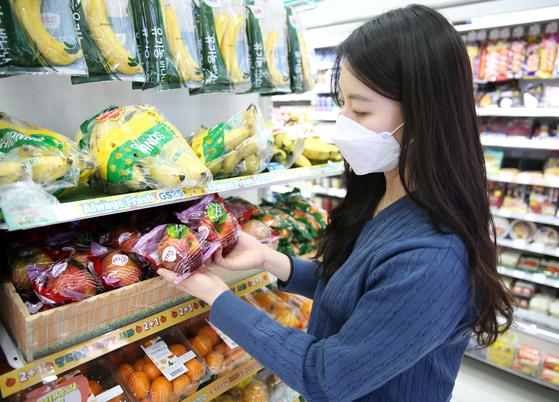 편의점에서 한 소비자가 엔비사과를 살펴 보고 있다. 사진 GS리테일