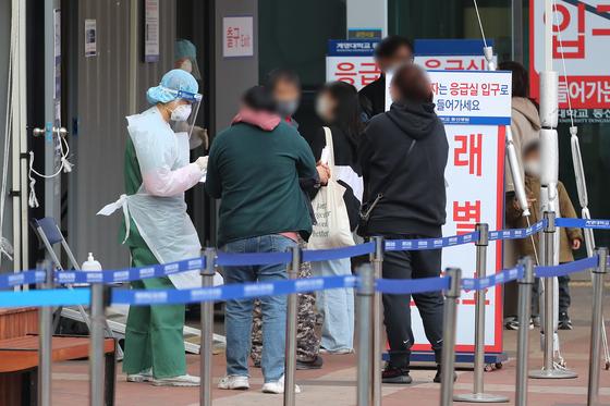 대구의 한 대학병원 외래선별진료소에서 시민들이 코로나19 검사를 받기 위해 대기하고 있다. 뉴스1