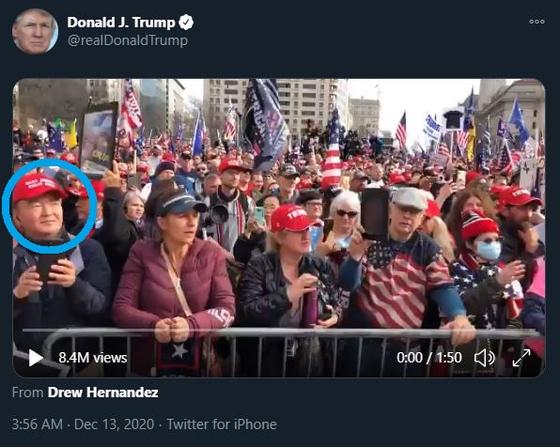 트럼프 대통령의 트윗에 민경욱 전 의원이 찍혔다.(파란색 원 안) [트위터 캡처]