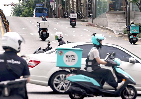 언택트 열풍으로 배달 시장이 급성장하면서 거리에 배달용 이륜차가 크게 늘었다. 사진은 기사 내용과 상관 없음. [연합뉴스]