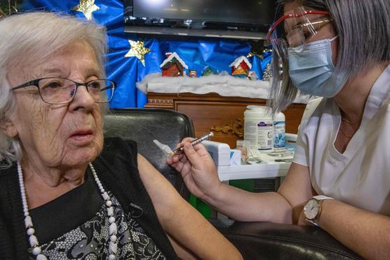 14일(현지시간) 89세인 지젤 레베크 할머니가 캐나다에서 첫 번째로 화이자 백신을 접종받고 있다. [EPA=연합뉴스]