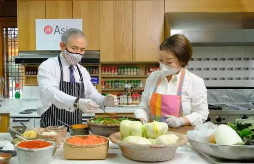 김치 만들기 체험하는 해리 해리스(왼쪽) 주한 미국대사. 아시아소사이어티 페이스북 캡처