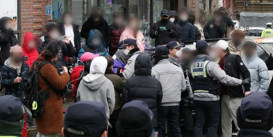 13일 오전 아동 성폭행 혐의로 징역 12년을 복역 후 출소한 조두순이 거주하는 경기도 안산시내 거주지 앞에서 주민들이 경찰에 유투버들로 불편을 겪고 있다며 항의하고 있다. 뉴스1