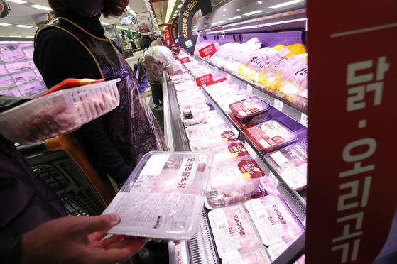 14일 오후 서울 도심의 한 대형마트에서 고객들이 닭과 오리 제품을 구매하고 있다. 뉴스1