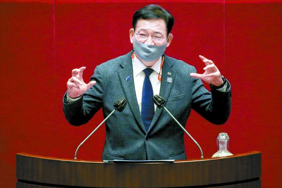 송영길 더불어민주당 의원이 14일 국회 본회의장에서 남북관계발전에 관한 법률 일부 개정안(대북전단금지법)과 관련해 무제한 토론(필리버스터)을 하고 있다. 오종택 기자