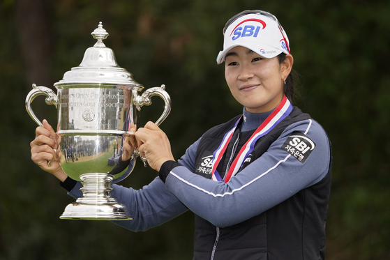US여자오픈 우승 트로피를 들어올린 김아림. [AP=연합뉴스]