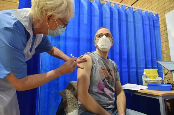 지난 8일(현지시간) 영국 카디프 백신센터에서 51세의 데이비드 패럴씨가 화이자 백신을 맞고 있다. [EPA=연합뉴스]
