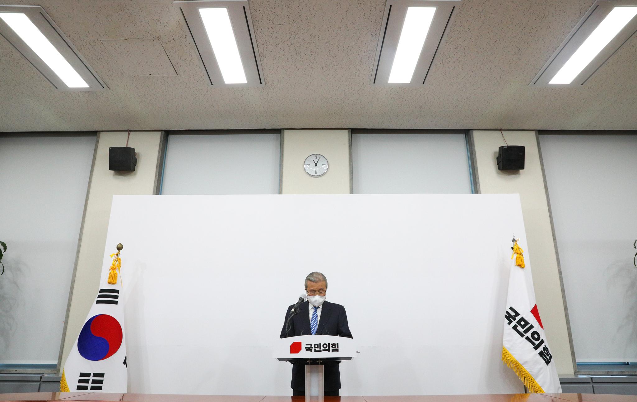 김종인 국민의힘 비대위원장이 15일 오전 서울 여의도 국회에서 대국민사과를 하고 있다. 오종택 기자