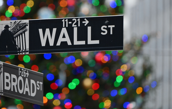 미국 뉴욕의 뉴욕증권거래소(NYSE) 앞 월스트리트 표지판. AFP=연합뉴스