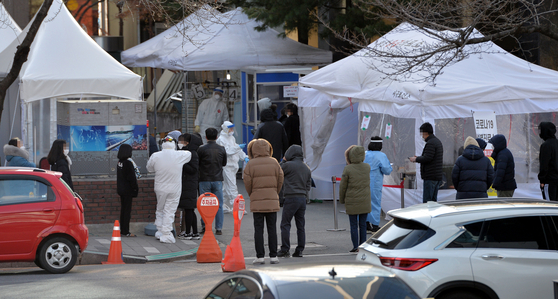 지난 14일 대전 서구보건소에 마련된 코로나19 선별진료소를 검사를 받기위해 찾은 시민들이 길게 줄 서 순서를 기다리고 있다. 프리랜서 김성태