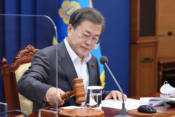 """문재인 대통령이 15일 국무회의에서 공수처법을 의결했다. 그는 공수처에 대해 """"검찰을 통제하는 의미""""라고 강조했다. 연합뉴스"""