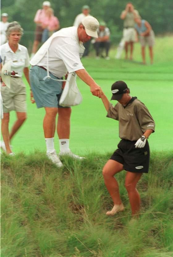 1998년 US여자오픈에서 맨발 투혼을 펼치던 박세리. [중앙포토]