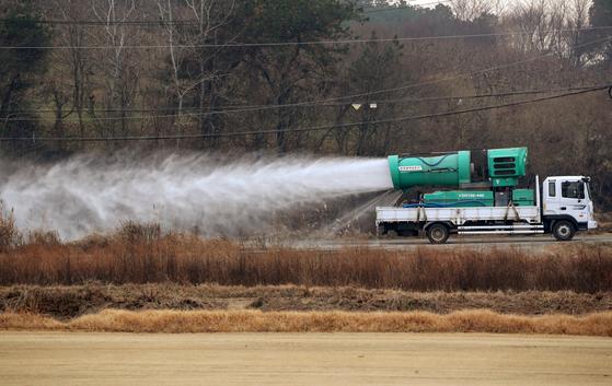 지난 11일 전남 장성의 오리농장 주변에서 방역 차량이 소독하고 있다. 15일까지 전국 15개 가금류 농장에서 고병원성 AI가 발생했다. 연합뉴스